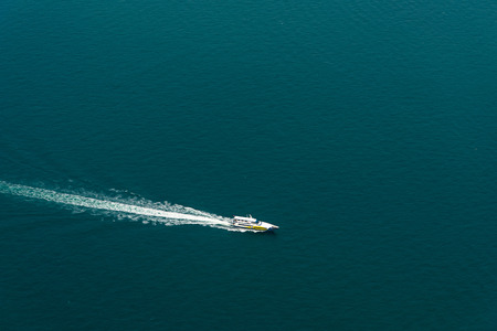 fast powerboat with splash and wake Banque d'images