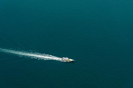 snelle motorboot met splash en wake