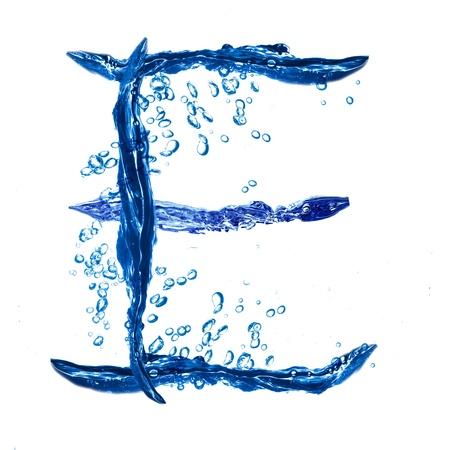 letter liquid water: Letra del alfabeto a partir de las salpicaduras de agua. Letra E Foto de archivo
