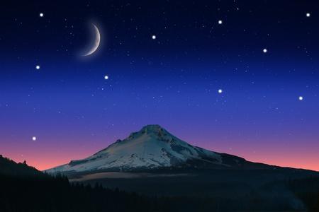 cielo estrellado: Vista de la noche estrellada en el crepúsculo con la vista de una montaña.
