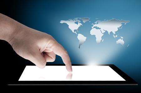 남자의 손가락이 연결을위한 화면 개념에서 3D 세계지도 모금와 터치 스크린 태블릿 PC에 가리키는