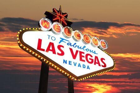 welcome sign: C�l�bre Las Vegas Bienvenue Connexion avec coucher de soleil en arri�re-plan Banque d'images