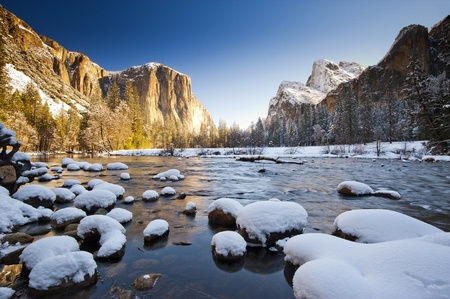 Parque Nacional de Yosemite en el invierno de Valley View en el amanecer photo