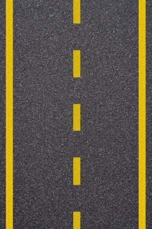 노란색 줄무늬와 아스팔트 도로 텍스처