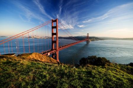 전경 샌프란시스코, 미국 등의 녹색 잔디와 맑고 푸른 하늘에서 골든 게이트 스톡 사진