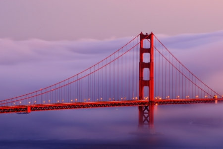 Golden Gate bridge with fog Standard-Bild