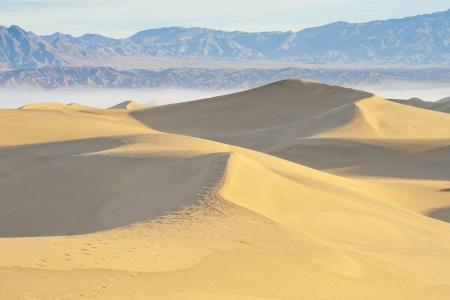 desierto del sahara: Desierto de arena con la montaña y cielo despejado con niebla