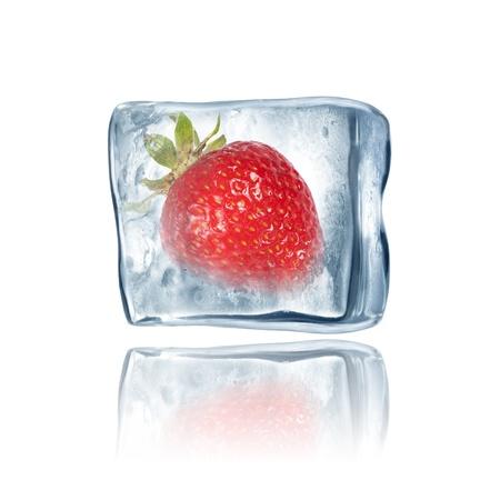 큰 얼음 큐브 안에 냉동 딸기 스톡 사진