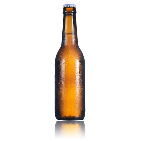 bier glazen: Bier fles op witte achtergrond
