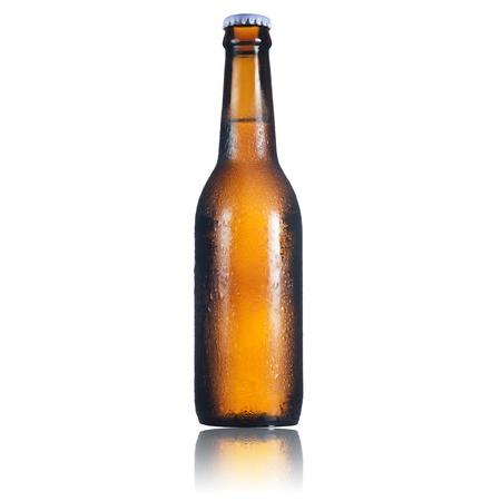 vasos de cerveza: Botella de cerveza en el fondo blanco