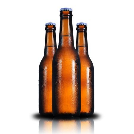 alcool: Trois bouteilles de bi�re sur fond blanc