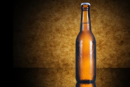 botellas de cerveza: Botella fría de cerveza sobre fondo amarillo Foto de archivo