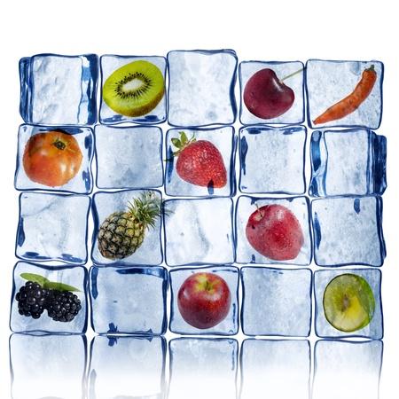 melting ice: Pared del cubo de hielo con frutas variadas dentro