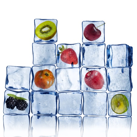 fr�chte in wasser: Wall of Ice Cube mit verschiedenen Fr�chten im Inneren