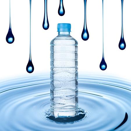 welling: Bottiglia di acqua su acqua ondulazione con goccia d'acqua