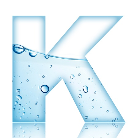 Water en water bubble letter van het alfabet met reflectie Letter K