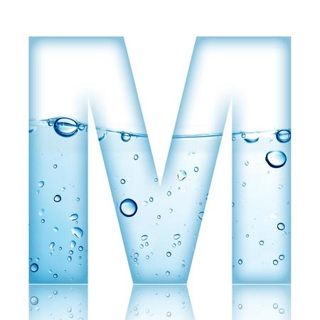 물 반사 편지와 물 거품 알파벳 문자 M