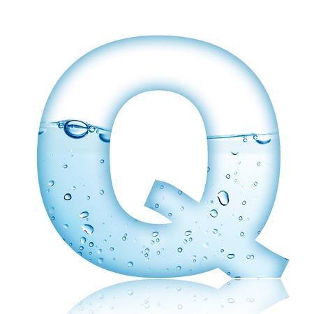 carta de agua liquida: Agua y letra del alfabeto burbuja de agua con la reflexi�n Letra Q