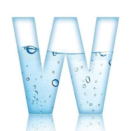 carta de agua liquida: El agua y la letra del alfabeto de burbuja de agua con la reflexi�n Letter W