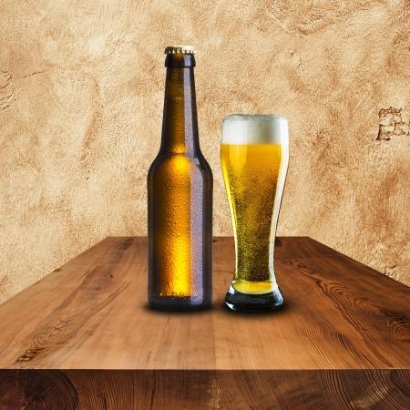 botellas de cerveza: Botella y un vaso de cerveza fría