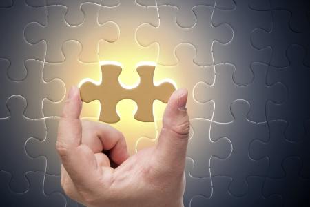 piezas de puzzle: Falta pieza del rompecabezas del rompecabezas con la luz, concepto de negocio Foto de archivo