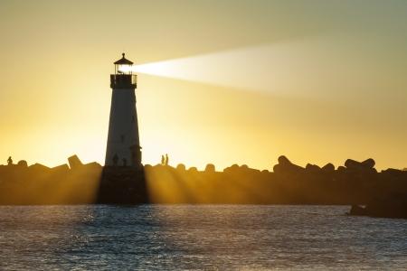 Vuurtoren met lichtstraal op de oceaan Stockfoto