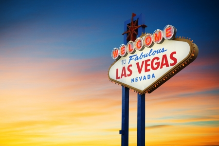 日没のネバダ州、米国でラスベガスへようこそネオンサイン