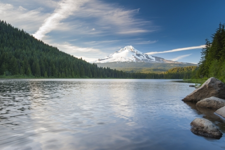 The volcano mountain Mt  Hood, in Oregon, USA  At sunset with reflection on the water of the Trillium lake  Stock Photo - 20583004