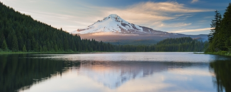 oregon cascades: The volcano mountain Mt  Hood, in Oregon, USA  At sunset with reflection on the water of the Trillium lake