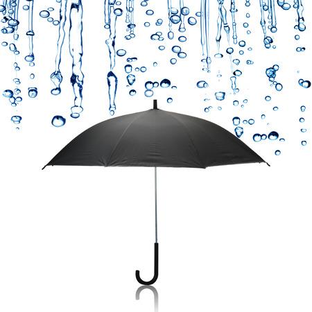 uomo sotto la pioggia: Pioggia caduta sul ombrello nero Archivio Fotografico