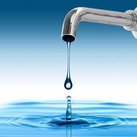 Baisse de l'eau à partir de l'eau du robinet Banque d'images - 22491620