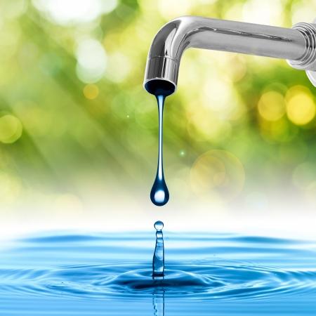 Goccia dell'acqua da rubinetto dell'acqua Archivio Fotografico