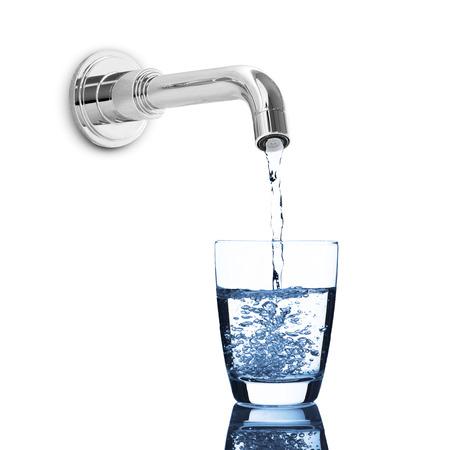 acqua vetro: Goccia dell'acqua da rubinetto dell'acqua per vetro Archivio Fotografico