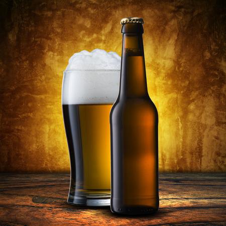 botellas de cerveza: Botella y vaso de cerveza