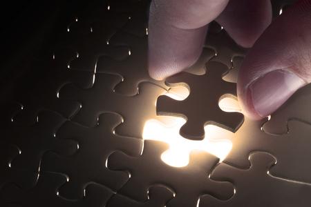 solucion de problemas: Falta pieza del rompecabezas del rompecabezas con el concepto de negocio claro de luna, para completar la pieza final del rompecabezas