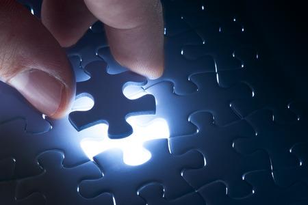 光の輝きは、最終的なパズルのピースを完了するためのビジネス コンセプトで行方不明ジグソー パズル ピース