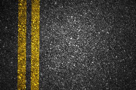 黄色のストライプとアスファルト路面のテクスチャ 写真素材