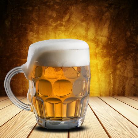 vasos de cerveza: Vaso de cerveza fr�a Foto de archivo