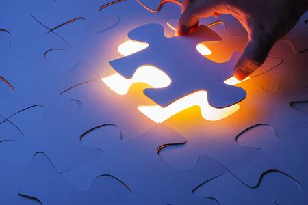 piezas de puzzle: Falta pieza del rompecabezas del rompecabezas con el concepto de negocio claro de luna, para completar la pieza final del rompecabezas