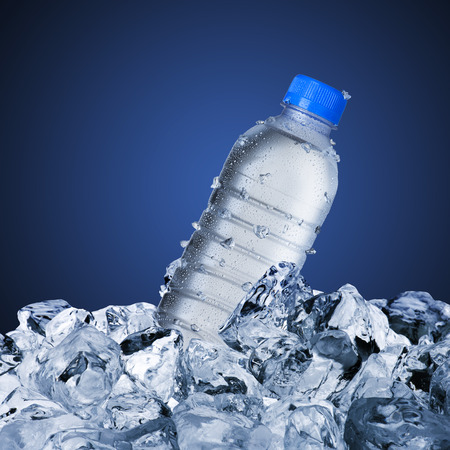bebidas frias: Botella de agua Foto de archivo