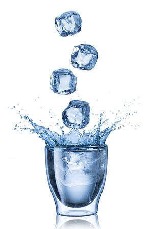 cubetti di ghiaccio: Splash acqua da cubetti di ghiaccio Archivio Fotografico