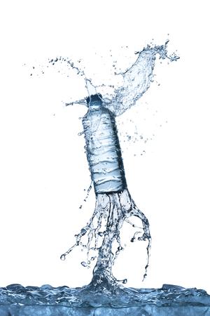 splash de agua: Splash botella de agua Foto de archivo