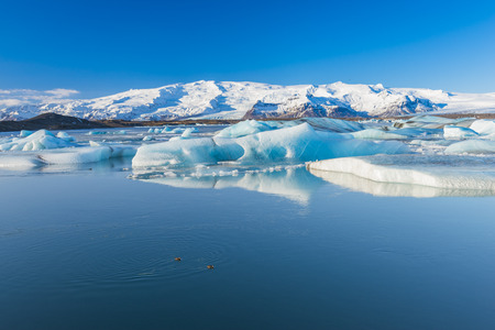 Jokulsarlon est un grand lac glaciaire dans le sud-Islande