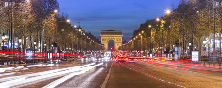 凱旋門、パリ。フランス。夕暮れ時