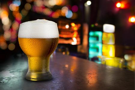 冷たいビールのグラス 写真素材