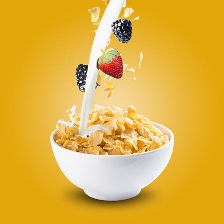 leche: Tazón de copos de maíz con las bayas Foto de archivo