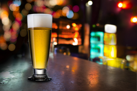 パブでビールのグラス