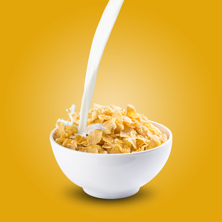 comiendo cereal: Copos de maíz con leche Splash Foto de archivo