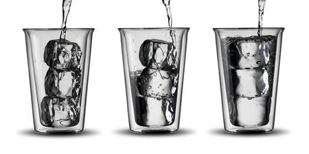 vasos de agua: Vasos de agua con cubitos de hielo
