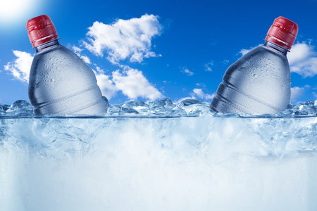 seau d eau: Cold Water Bottle In Ice Bucket with Ice Cubes Banque d'images